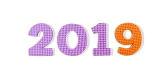 Números púrpuras y anaranjados 2019 del color en horizontal aislado en el fondo blanco por la Navidad y el Año Nuevo, trayectoria fotografía de archivo