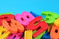 Números plásticos coloridos en un fondo azul Foto de archivo libre de regalías