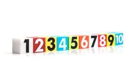 Números plásticos coloridos en un fondo blanco Fotos de archivo libres de regalías