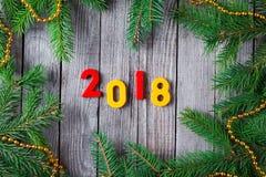Números que forman el número 2018, por el Año Nuevo 2018 en fondo de madera Fotografía de archivo