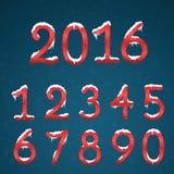 Números rojos del invierno fijados con los casquillos de la nieve Wi congelados de los dígitos del Año Nuevo Fotografía de archivo