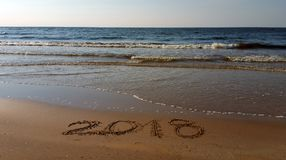 Números 2018 tirados na praia imagens de stock