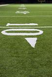 Números y línea de yarda en campo de fútbol americano Fotografía de archivo libre de regalías