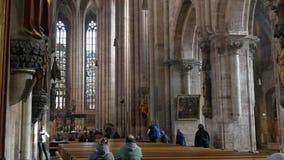 Nürnberg, Deutschland - 1. Dezember 2018: Innenansicht der Kirche von St. Lorenz in Nürnberg Alte hohe Spalten herein stock video