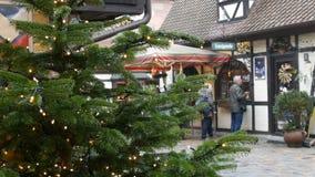 Nürnberg, Deutschland - 1. Dezember 2018: Leute schlendern durch den Weihnachtsmarkt Traditionelle europäische Feiern stock footage