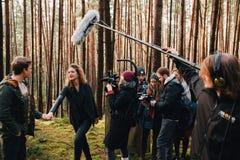 8 9 2017 Nürnberg, Deutschland: Hinter der Szene Filmteamteamschmierfilmbildungs-Filmszene auf Standort im Freien Gruppenkinosatz stockfoto