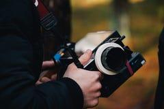 8 9 2017 Nürnberg, Deutschland: Hinter der Szene Filmteamteamschmierfilmbildungs-Filmszene auf Standort im Freien Gruppenkinosatz lizenzfreie stockfotografie