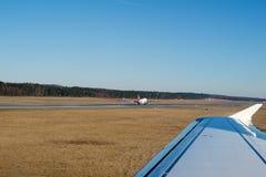 NÜRNBERG, DEUTSCHLAND - 20. Januar 2017: Flugzeugfensteransicht des Nürnberg-Flughafenschutzblechs, Luft Berlin Airbus A320 ist Stockfotos