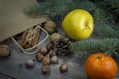 Nüsse Apfel und Zimtfeiertagslebensmittelgeschäftkonzept stockbilder