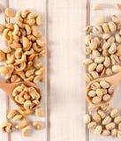 Nüsse auf dem Tisch Lizenzfreies Stockbild