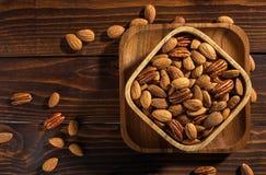Nüsse auf einem hölzernen Hintergrund Stockbilder