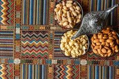 Nüsse auf einem Teppich Stockfotos