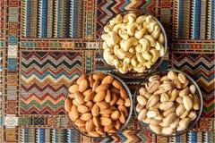 Nüsse auf einem Teppich Stockfotografie
