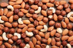 Nüsse auf Holztisch Lizenzfreies Stockfoto
