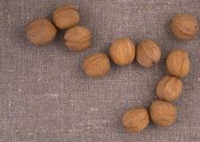 Nüsse auf Leinenhintergrund Lizenzfreie Stockfotos