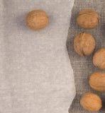 Nüsse auf Leinenhintergrundpergament Stockfoto
