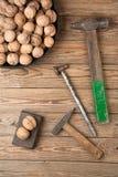 Nüsse aufgespalteter Hammer Lizenzfreie Stockfotos