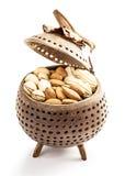 Nüsse in der Holzverpackung Stockfotografie