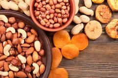 Nüsse in der Platte und in den Trockenfrüchten Stockfoto