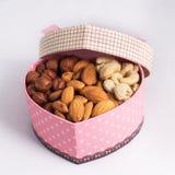 Nüsse in einer Geschenkbox Lizenzfreies Stockbild