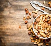 Nüsse mit Nussknacker in einer Schüssel Stockfoto