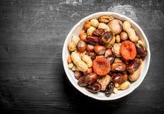 Nüsse mit Trockenfrüchten in einer Schüssel Stockfoto