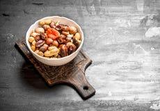 Nüsse mit Trockenfrüchten in einer Schüssel Stockfotos