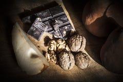 Nüsse, Schokolade und Birnen Stockfoto