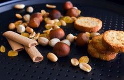 Nüsse, Stangenbrote, Stöcke, rasin auf einer schwarzen Backform Lizenzfreie Stockbilder