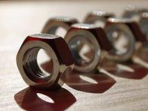 N?sse - und - Bolzen auf dem Tisch Unscharfer Hintergrund lizenzfreies stockbild