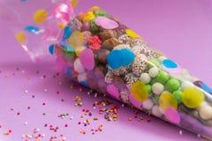Nüsse und Bonbons verpackten in einer transparenten Plastiktasche mit einem Bild Eine festliche Tuba Lizenzfreies Stockbild