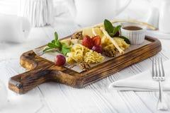 Nüsse und Erdbeere als Nachtisch auf einem Brett lizenzfreies stockfoto