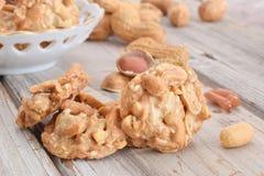 Nüsse und Karamell in den Plätzchen Stockbilder