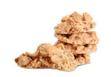 Nüsse und Karamell in den Plätzchen lokalisiert auf Weiß Lizenzfreie Stockbilder