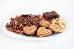 Nüsse und Konfektionsartikel, die an der weißen Platte liegen Stockbild