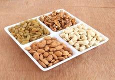 Nüsse und Rosinen in einer Platte Lizenzfreie Stockfotos