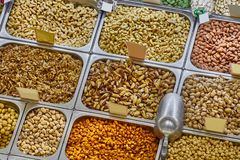 Nüsse und Samen in einem Shop Stockfotos