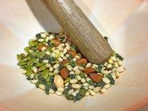 Nüsse und Samen in einer Schüssel für zerstoßenen Tee, Lei Cha stockbild