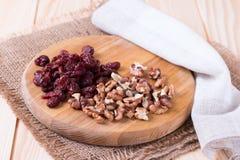 Nüsse und Trockenfrüchte auf dem Brett Lizenzfreie Stockbilder