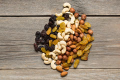 Nüsse und Trockenfrüchte auf einem Holztisch Stockfoto