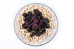 Nüsse und Trockenfrüchte auf einer Platte Stockfotografie