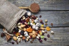 Nüsse und Trockenfrüchte auf hölzernen Brettern der Weinlese Lizenzfreie Stockbilder
