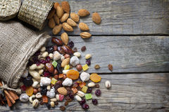 Nüsse und Trockenfrüchte auf hölzernen Brettern der Weinlese Stockfoto