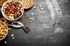 Nüsse und Trockenfrüchte in einer Schüssel mit einem Nussknacker Stockfotografie