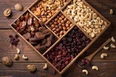 Nüsse und Trockenfrüchte lizenzfreie stockfotografie