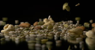 Nüsse und vegetarischer gesunder Lebensmittelsnack der Samen stock video