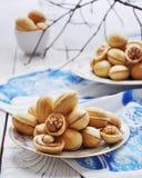 Nüsse vom Mürbeteig mit einer gekochten Kondensmilch stockfotos