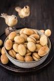 Nüsse vom Mürbeteig mit gekochter Kondensmilch stockbilder