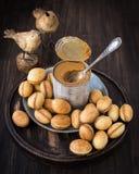 Nüsse vom Mürbeteig mit gekochter Kondensmilch stockfoto