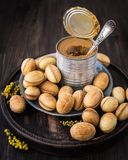 Nüsse vom Mürbeteig mit gekochter Kondensmilch lizenzfreie stockfotos